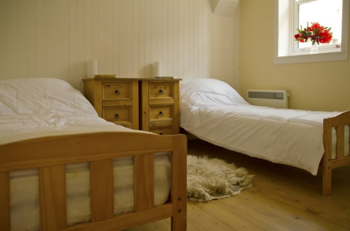 Duncraig Square Coach House Twin Bedroom
